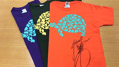 体感型動物園 iZoo ぐっさんサイン入りTシャツ(S・緑/M・オレンジ/L・紫)